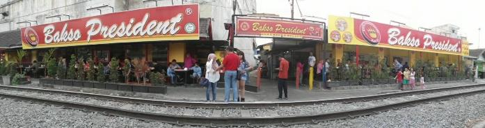 bakso President sebelah rel kereta api